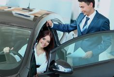 女商人在办公室选择一辆汽车 图库摄影