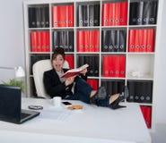 女商人在办公室 免版税库存图片
