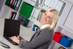 年轻女商人在办公室 免版税库存照片