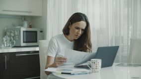 女商人在家与文件一起使用 看纸的企业家 股票录像