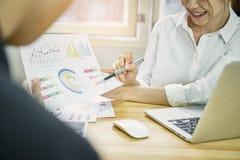 女商人在早晨光的办公室提出在木书桌上的财政文件 概念准备为顾客提供 免版税库存照片