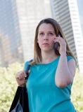 年轻女商人在电话里说 免版税库存图片