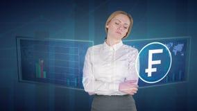 女商人在触摸屏做一个财务分析 瑞士人,法郎, CHF 影视素材