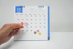 女商人在11月日历的预算计划会议 库存照片