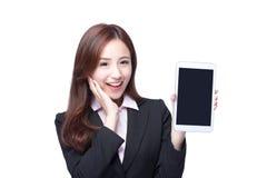 女商人展示片剂个人计算机 免版税库存图片