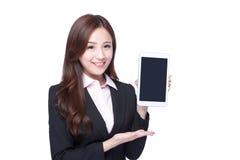 女商人展示片剂个人计算机 库存照片