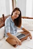 女商人工作,使用便携式计算机家 人通信 免版税库存图片