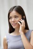 女商人律师联系在smartphone 库存图片