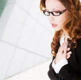 女商人感觉心脏痛苦 免版税库存图片