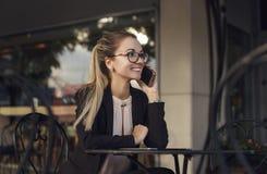 女商人或学生谈话在电话和微笑 免版税库存图片