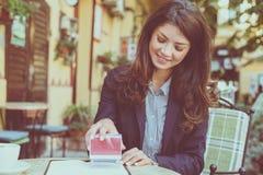 女商人批准文件 15个妇女年轻人 免版税库存照片