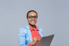 年轻女商人文字剪贴板报名参加合同非裔美国人的女孩愉快的微笑女实业家 库存图片