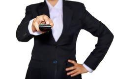 女商人是与遥控的控制 免版税库存图片