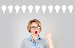 女商人有一个想法 装箱的 与电灯泡的想法概念 免版税图库摄影