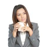 女商人有吸引力的年轻俏丽的饮用的咖啡relexatio 库存图片