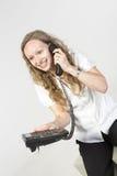 女商人有宜人的电话交谈 免版税库存图片