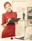 女商人有有文件的剪贴板在手 库存照片