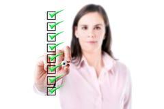 年轻女商人检查清单箱子的,白色baclground。 库存图片