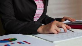 女商人检查的和签署的文件在工作场所的办公室 股票录像