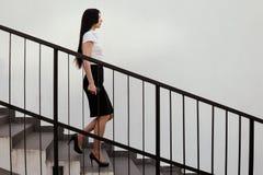 女商人沿着走台阶 免版税库存照片