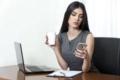女商人用咖啡 免版税库存照片