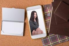 女商人的图片巧妙的电话和空白的名片的和 库存照片