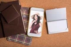 女商人的图片巧妙的电话和空白的名片的和 库存图片