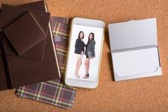 女商人的图片巧妙的电话和空白的名片的和 免版税库存图片