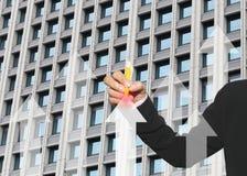 女商人的手使用黄色笔的指向公共汽车箭头  免版税库存照片