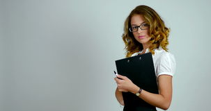 女商人的画象在演播室站立并且拿着纸的一个黑持有人 股票视频