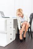 女商人脚痛苦穿戴高跟鞋新的鞋子 免版税库存照片
