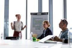 女商人谈论项目在会议期间 库存照片