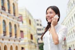 女商人谈话在巧妙的电话在澳门 库存图片