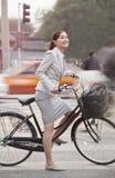 年轻女商人通勤与自行车的,北京,中国 免版税库存图片