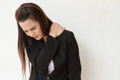 女商人遭受极端肩膀痛苦或僵硬 免版税库存照片