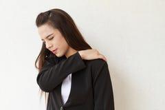 女商人遭受肩膀痛苦或僵硬 免版税库存图片