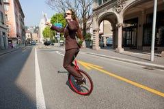 女商人饮料在单轮脚踏车的一份咖啡 库存照片