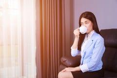 女商人饮用的咖啡或茶杯 库存图片