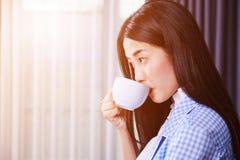 女商人饮用的咖啡或茶杯 图库摄影