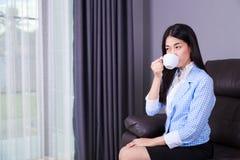 女商人饮用的咖啡或茶杯 免版税库存照片