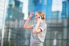 年轻女商人说在电话里 免版税库存照片