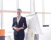 年轻女商人画象在现代办公室 免版税图库摄影