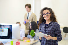 年轻女商人画象现代起始的办公室内部的,队在会议在背景中 免版税图库摄影