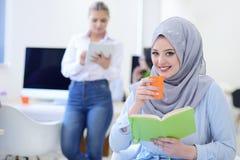 年轻女商人画象现代起始的办公室内部的,队在会议在背景中 免版税库存照片