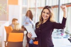 年轻女商人画象现代起始的办公室内部的,队在会议在背景中 图库摄影