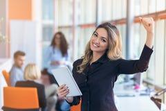 年轻女商人画象现代起始的办公室内部的,队在会议在背景中 库存照片