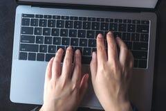 女商人` s的顶视图图象递键入在膝上型计算机 库存照片