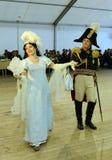女士们先生们19世纪的舞厅衣服的在官员` s球 免版税库存图片