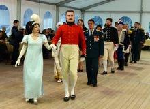 女士们先生们19世纪的舞厅衣服的在官员` s球 免版税库存照片