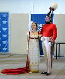 女士们先生们19世纪的舞厅衣服的在官员` s球 库存图片